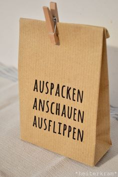 Diese Tüte habe ich euch letztens hier gezeigt und eine Anleitung dazu verspr… I have shown you this bag recently and promised a guide to it. And tadaa: here she comes. Diy Birthday, Birthday Presents, Birthday Present Diy, Birthday Pinata, Birthday Celebration, Diy Presents, Diy Gifts, Diy Cadeau, A4 Paper