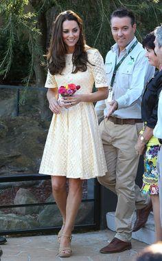 Pin for Later: Kate Middleton hat sich in diesem Jahr selbst übertroffen Her Yellow Eyelet Dress Felt Fun and Feminine Dieses gelbe Kleid mag etwas lockerer, aber dennoch feminin sein. So verbrachte Kate Ostern im Zoo von Sydney.