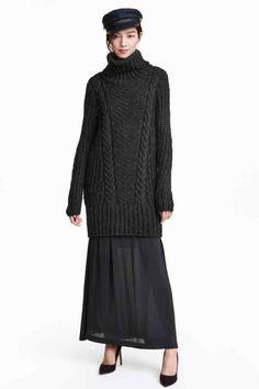 40e Jersey en punto de diseño: Jersey en punto de diseño grueso en tejido suave con lana de alpaca en la trama. Modelo largo de cuello alto con remate inferior ancho en punto elástico de canalé.
