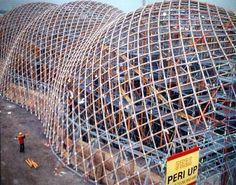 7. ANDERS BOUWEN Shigeru Ban, Japan Pavilion construction at Hannover Expo, 2000 Structure de tubes de carton liés