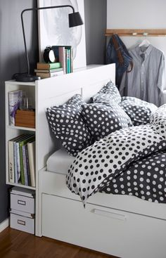 Nærbillede af IKEA hovedgærde med opbevaring i siderne til bøger.