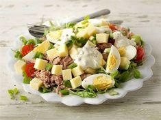 Maukkaan ja ruokaisan juustosalaatin voi valmistaa myös kevyemmin: valitse juustoksi Valio Turunmaa® 15% ja tee kastike kevyempään kermaviilipohjaan. Mehevyyttä ja hyviä rasvahappoja salaattiin saadaan tonnikalasäilykkeen myötä. Salad Recipes, Diet Recipes, Cooking Recipes, Healthy Recipes, Food N, Food And Drink, I Love Food, Good Food, Food Challenge