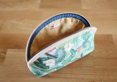 http://www.handmadiya.com/2016/07/small-makeup-bag-diy.html