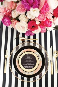 schwarz-weiß gestreifte Tischdecke, goldenes Geschirr und rosa blumen