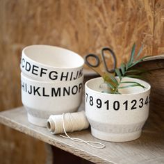 Koristele bambukuidusta valmistettu kulho siirtotarranumeroilla- tai kirjaimilla, jotka on kiinnitetty kulhoon paketin mukana tulevalla työkalulla. Kulhot voi pyyhkiä kostealla liinalla. Mothers Day Presents, Masking Tape, Dog Bowls, Diy Home Decor, Letters, Tableware, Couture, Business, Bowls