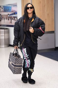 Rihanna bundles up in puffy coat and graphic sweats as she heads out of NYC afte. - Rihanna bundles up in puffy coat and graphic sweats as she heads out of NYC after Oceans 8 premiere - Rihanna Street Style, Celebrity Airport Style, Celeb Style, Chill Outfits, Casual Outfits, Rihanna Outfits, Rihanna Clothes, Rihanna Fashion, Rihanna Riri