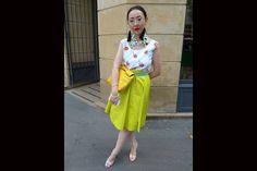 [París] Flúo por todos lados... En este caso en pollera combinada con una blusa blanca con flores. Los cuellos (se ponen tipo babero) también son un must del verano y realzan el outfit. Foto:Agustina Garay Schang
