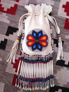 beaded-purse i want one! Indian Beadwork, Native Beadwork, Native American Beadwork, Beaded Purses, Beaded Bags, Loom Patterns, Beading Patterns, Bracelet Patterns, Native American Crafts