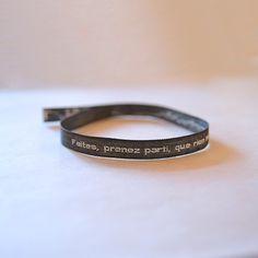 """Portez Molière à votre poignet grâce à ce bracelet en tissu, brodé de la citation : """"Faites, prenez parti, que rien ne vous arrête"""", Le Misanthrope, Acte IV, scène 4"""