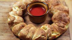 Comfort food: pizzakrans met olijven, mozzarella en pepperoni  | VTM Koken