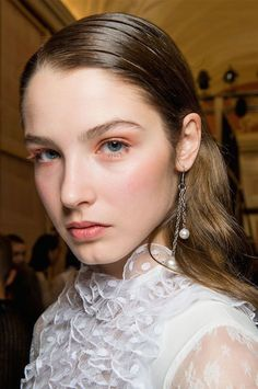 Fall's beauty trends are the opposite of no-makeup makeup: electric eyeshadow swept across the eyes, berry lipsticks smeared over lips, and metallic pigments applied with the finesse of a Renaissance painter. Long Face Haircuts, Hairstyles For Round Faces, Pretty Hairstyles, Makeup Trends 2017, Beauty Trends, 2017 Makeup, Fall Hair Trends, Lob Hairstyle, Short Hair With Layers