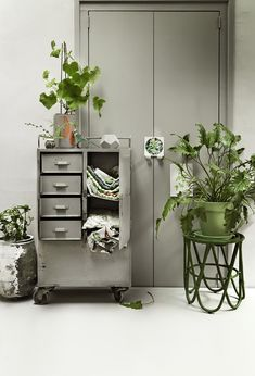 Vintage Stools And An Industrial Drawer Where You Archive Your Fabrics In. A Rough Plant Pot An A Few Green Plants Make It Off Styling Kamer 465 Photographer Paul De Graaff Vtwonen Juli 2015 Vintage Industrial, Industrial Style, Industrial Design, Bloom Where Youre Planted, Shabby Chic Antiques, Deco Nature, Vintage Stool, Flower Lights, Green Life