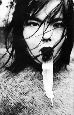 Björk ist für uns der lebende Beweis, das es auf Island Elfen gibt.  Ihr Wesen, ihre Stimme und ihre Musik scheinen nicht von dieser Welt zu sein. Die Frau, die schon mit zwölf Jahren ihr erstes eigenes Album veröffentlichte, hat ein Stück Musikgeschichte geschrieben.