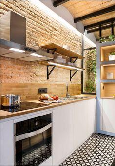 Este pequeno apartamento projetado pelo Egue & Seta mistura elementos rústicos com modernos e reflete a descontração de casas de praia