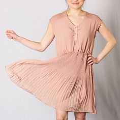 For a breezy and beautiful summer dress, choose this effortlessly chic look.
