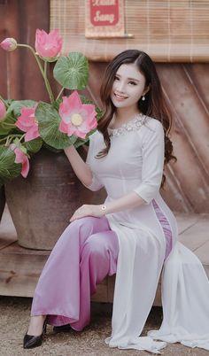 Vietnamese Clothing, Vietnamese Dress, Vietnamese Traditional Dress, Traditional Dresses, Pretty Asian, Beautiful Asian Girls, Ao Dai, Cosplay Outfits, Asian Fashion