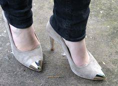 high suede heels with black skinnies metal toe cap, perfection Black Skinnies, Suede Heels, Kitten Heels, Toe, My Style, Metal, Fashion, Moda, Fashion Styles
