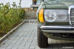 Deutsche Youngtimer Limousine der Siebzigerjahre und Achtzigerjahre mit Doppelscheinwerfer in Jägergrün