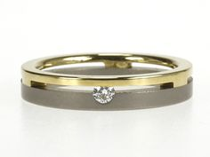 Eenvoudige ring van titanium en goud, met diamant 0.05 ct