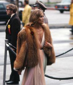 Lauren Hutton, Academy Awards Rainbow dress by Halston, fox fur jacket. Lauren Hutton, Oscar Fashion, 70s Fashion, Vintage Fashion, Fashion Ideas, Musa, Hollywood, Red Carpet Looks, Red Carpet Dresses