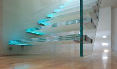 escalier droit à marches suspendues en verre avec éclairage LED