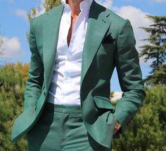 Мужской костюм ныне актуального изумрудного цвета станет прекрасным дополнением к вашему гардеробу. Известные бренды используют ткани с эффектом искры для вечерних мероприятий и мягкие матовые материалы для повседневных моделей. Такие костюмы можно сочетать как с рубашками и галстуками, так и с более повседневными предметами одежда - в обоих случаях образ будет выглядеть ярко. Чтобы придать свежести комплекту, уместно будет разбавить лук рубашкой белого цвета. Мужской костюм в изумрудном…
