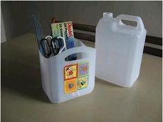 un bidon plastique = un bac de rangement transportable pour matériel de peinture, couture, bureau...