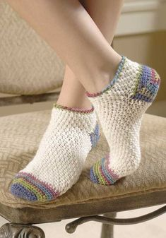 So comfy and soft, hand-crocheted socks are one of life's ultimate luxuries! Crochet expert Darla Sims presents 15 cozy toe-warmers for the family and also teaches you how to design your own. There are socks and slipper socks for children, women, and Bag Crochet, Crochet Boots, Crochet Slippers, Crochet Crafts, Crochet Clothes, Crochet Stitches, Crochet Projects, Free Crochet, Diy Crafts