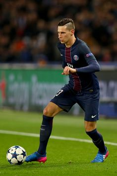 Julian Draxler of Paris Saint-Germain in action during the UEFA Champions League Round of 16 first leg match between Paris Saint-Germain and FC Barcelona at Parc des Princes on February 14, 2017 in Paris, France.