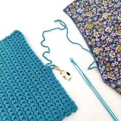 Peur de perdre votre maille quand vous mettez en attente votre encours crochet ? Voici une astuce : le marqueur amovible ! Tellement pratique et tout simple pour ne plus attraper son projet au fond de votre sac et voir que vous avez au passage défait un rang. Découvrez d'autres astuces crochet sur mon blog tricocotier.com .#tutocrochet#jedebutelecrochet #crochetdebutante Crochet Flowers, Sunglasses Case, Voici, Simple, Blog, Inspiration, Amigurumi, Learn How To Crochet, Chunky Yarn