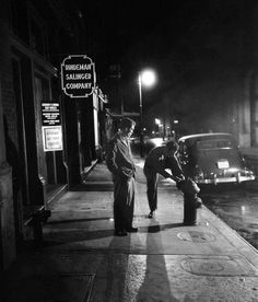 Stopping to tie shoe on fire plug - New York - 1947 - photographer Stanley Kubrick. Vintage Photographs, Vintage Photos, Stanley Kubrick Photography, New York City, Ville New York, Foto Poster, Michelangelo Antonioni, Famous Photographers, Cultura Pop