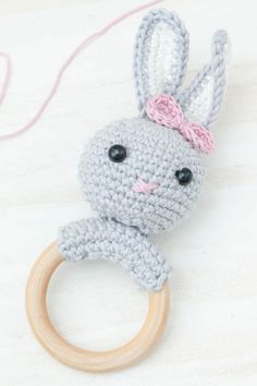 Crochet baby rattle: A rabbit rattle is a great DIY gift for birth. With my video instructions you can easily make the bunny yourself. gift # crochet Crochet rabbit rattle - a great DIY gift for birth Crochet Rabbit, Crochet Baby, Diy Accessoires, Baby Rattle, Label Design, New Baby Products, Birth, Crochet Necklace, Great Gifts