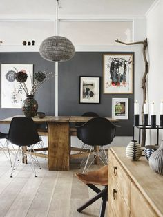 interieur | interior | zwart wit grijs hout | black white grey wood | rustic wood table + midmod chairs