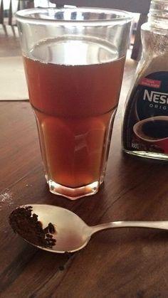 Fenômeno químico da dissolução do café solúvel na água. Há alteração em sua composição.