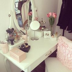 bedroom vanity...I like this setup Dream Rooms, Dream Bedroom, My New Room, My Room, Rangement Makeup, Closet Vanity, Ikea Vanity, Vanity Decor, Style Deco