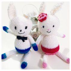 ...dolci coniglietti amigurumi, lui col papillon e lei col fiorellino <3 una bellissima coppia! ;) https://www.facebook.com/unpuntodopolaltro?ref=bookmarks
