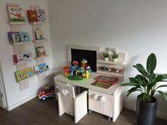Steigerhouten kinderbureau met twee opbergboxen en een stoeltje.