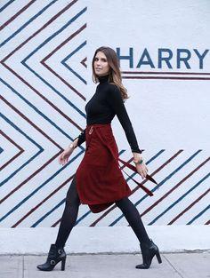Manuela Bordasch com saia midi burgundy e blusa turtleneck.