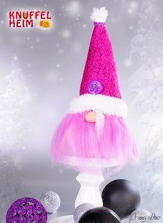 Wichtel in Pink für Weihnachten, #Weihnachtsdekoration #basteln #Handarbeit #DIY #Winter #Geschenke Lava Lamp, Table Lamp, Pink, Home Decor, Hobbies, Christmas Decorations, Handarbeit, Christmas, Gifts