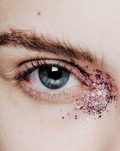 Sparkly eyes. Shop our eye shadows here > https://www.priceline.com.au/cosmetics/eyes/eyeshadow