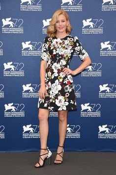 Pin for Later: All' der Hollywood Glamour beim Filmfest in Venedig Elizabeth Banks In einem Kleid von Dolce & Gabbana sowie Schuhen von Stuart Weitzman