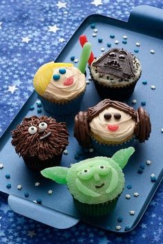 May the Force (or the be with you! Leia, Chewbacca, Yoda and the gang will be a hit at a Star Wars-themed birthday celebration, movie party or May shindig. To save some time, make the cupcakes in advance and decorate the day of your party. Star Wars Torte, Star Wars Cupcakes, Star Wars Cake, Cupcake Wars, Star Wars Food, Star Wars Kids, Star Wars Essen, Cupcakes Decorados, Star Wars Birthday