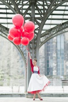 modernes tea-length Brautkleid mit rotem Petticoat und violettem ...