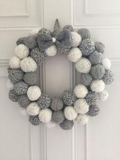 25 ideias de Guirlanda de natal com bolas de isopor Pom Pom Wreath, Felt Wreath, Wreath Crafts, Diy Wreath, Wreath Ideas, Crochet Christmas Wreath, Crochet Christmas Decorations, Christmas Crafts, Christmas Ideas