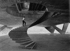 Affonso Eduardo Reidy subiendo la escalera de acceso al Museum of Modern Art de Río De Janeiro durante su construcción en 1953.