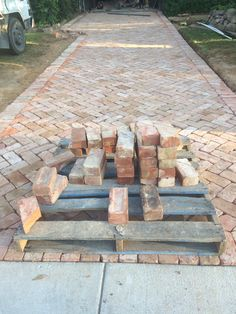 Pflaster Driveway paving America Hits The Showers Imagine washing your worries away under a showerhe Brick Driveway, Driveway Design, Brick Paving, Driveway Ideas, Paving Ideas, Front Walkway, Garden Paving, Home Landscaping, Diy Garden Decor