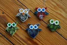 Quilling, the art of paper curling to make artistic creations. I learned how to do this 30 years ago. Neli Quilling, Quilling Videos, Quilling Comb, Paper Quilling For Beginners, Paper Quilling Tutorial, Paper Quilling Jewelry, Paper Quilling Patterns, Origami And Quilling, Quilled Paper Art