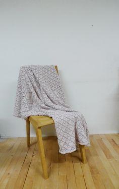Ručně+pletený+pléd+-+krajkový+vzor+Pléd+s+krajkovým+vzorem+ručně+pletený,+velmi+dekorativní,+příjemný+na+dotek+a+zároveň+teplý.+Ideální+jako+dárek.+Kvalitní+vlna.+Vel.+140x170cm. Blanket, Bed, Crafts, Manualidades, Stream Bed, Rug, Handmade Crafts, Blankets, Beds