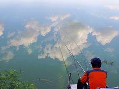 연일 계속되는 찜통더위에도 아랑곳 않고 물가에 앉은 강태공. 오지 않는 어신을 기다리는 것이 지겨워질 무렵 하늘의 구름을 통째로 낚았다. <서영수 기자> An angler sat waterside regardless of heat wave. When he was bored cause of fishes not to nibble, he caught entirely the clouds.
