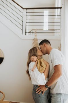 Newborn Family Pictures, Cute Baby Pictures, Newborn Photos, New Born Family Photos, Family Posing, Lifestyle Newborn Photography, Baby Photography Poses, Family Photography, Couple Pregnancy Photoshoot